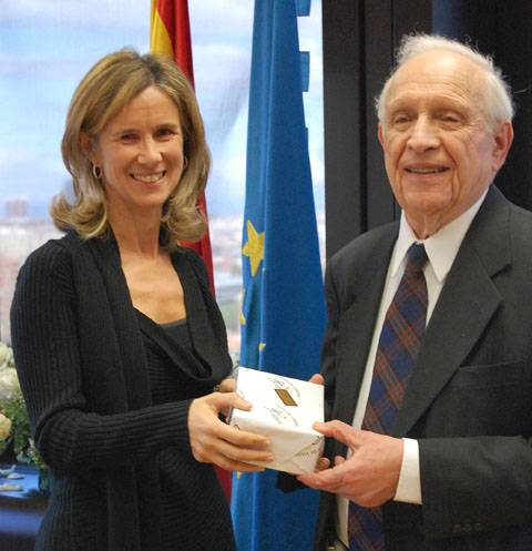 La ministra Garmendia junto a Roy. J. Glauber. Foto: SINC.