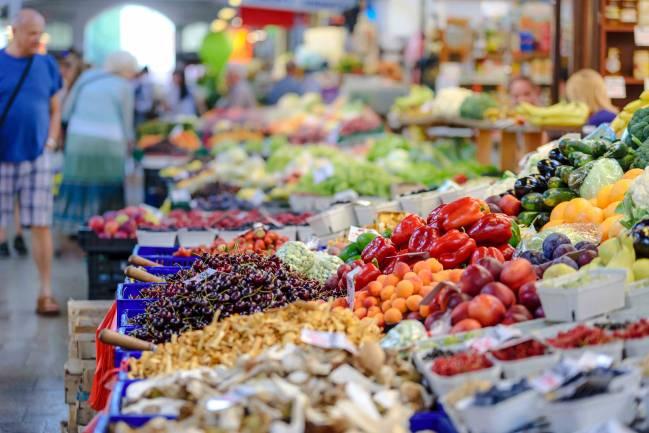 Mercado con productos frescos