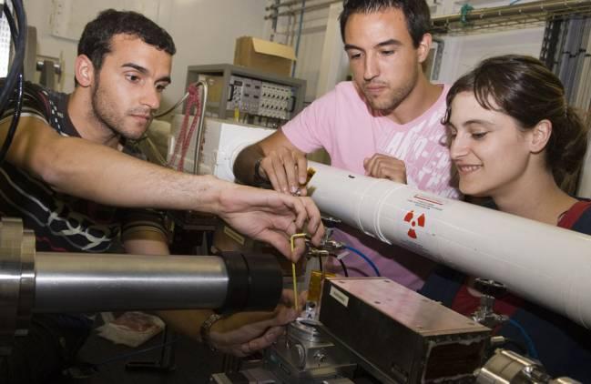 El investigador de la UAB Manuel Valiente con el equipo de investigación en el ESRF