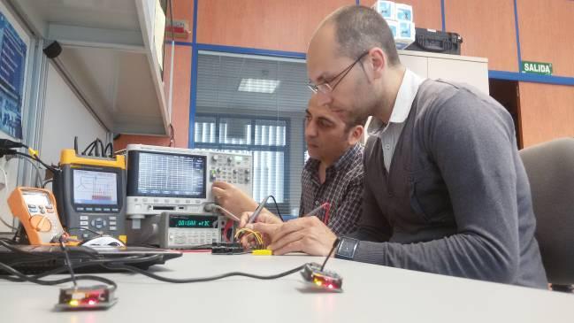 Investigadores de este estudio configurando una red de sensores inalámbrica / Fundación Descubre