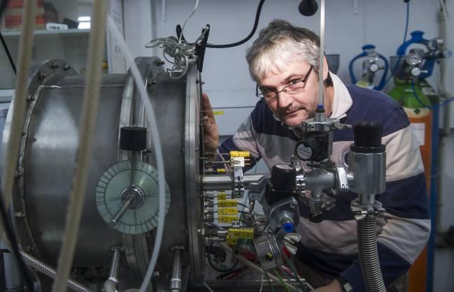 El investigador Raúl Pérez junto al radiómetro de infrarrojos desarrollado