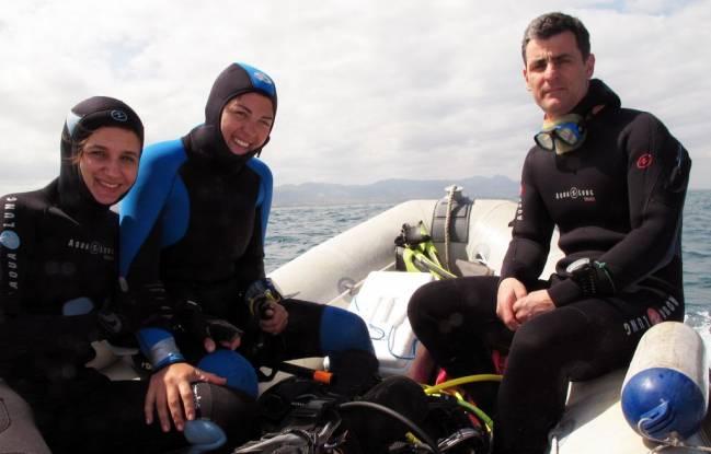 Los investigadores con traje de buzo. / Fundación Descubre