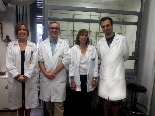 De izquierda a derecha, los investigadores Marta Barniol-Xicota, Dr. Santiago Vázquez, Dra. Mercè Font-Bardia y Matías Rey en la Facultad de Farmacia de la Universidad de Barcelona.