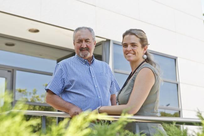 Los investigadores Ignacio Morell y Arianna Renau en el campus de la Universitat Jaume I. UJI.