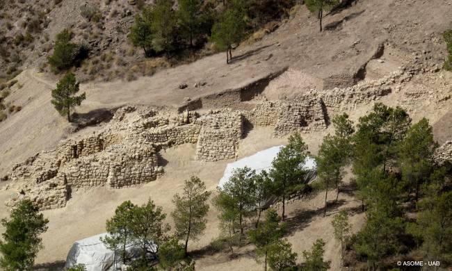 Vista frontal de la fortificación, con varios lienzos de muralla y cinco de las torres macizas descubiertas.