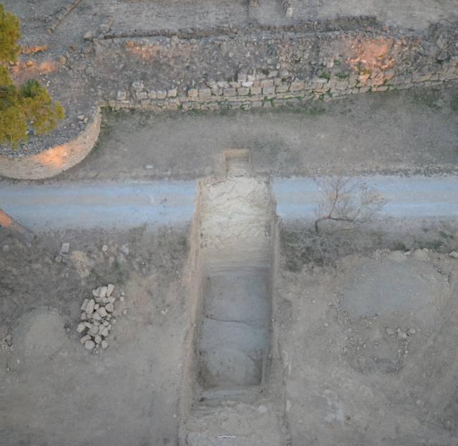 Imagen aerea de la zona excavada y perspectiva de la muralla
