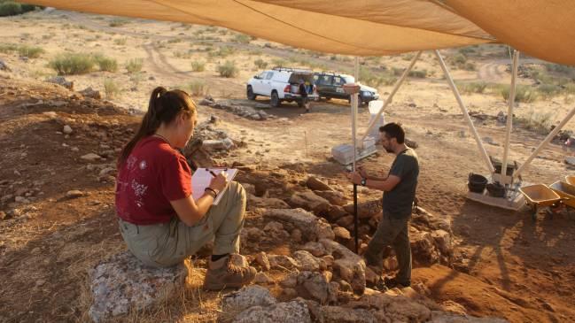 Investigadores realizan trabajos de documentación en la muralla de Villavieja (Granada)