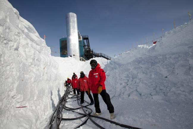 Científicos trabajan en el experimento IceCube. / Freija Descamps (NSF)