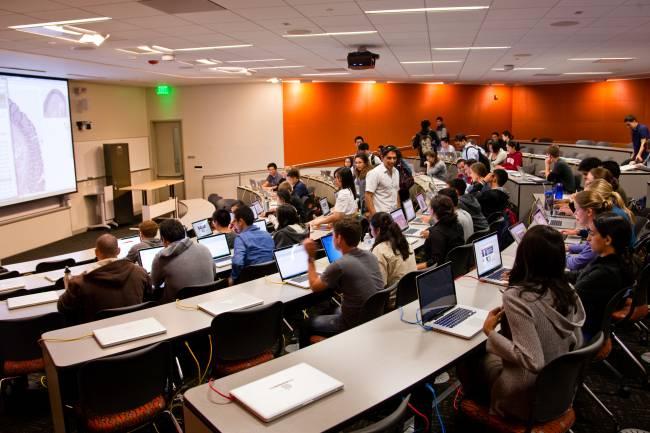 En los diez últimos minutos de clase, el estudiante utiliza la aplicación para resumir algo de lo explicado por el profesor y este lo puntúa. / Stanford EdTech.