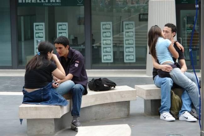 Jóvenes se besan en la calla