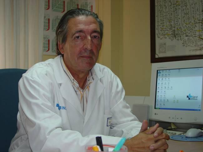 El doctor Clemente Muriel en su despacho del Hospital Clínico.