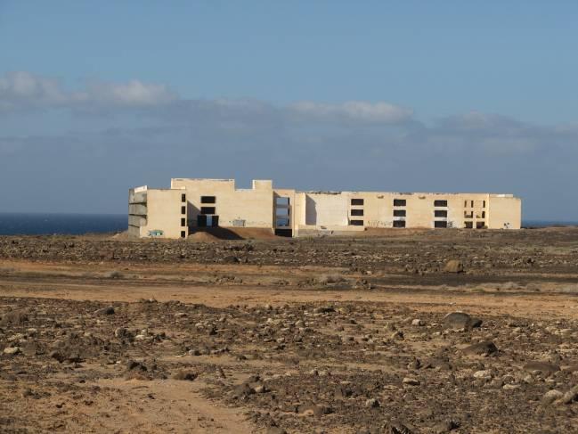 Panorámica de uno de los hoteles abandonados en plena const rucción en la costa canaria
