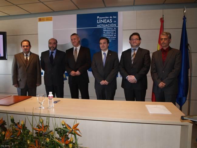 De izquierda a derecha, Marceliano Arranz, Alfonso Gracia, Jesús Caldera, José Ramón Alonso, Emilio Marmaneu y Rubén Muñiz, firmantes de los convenios.