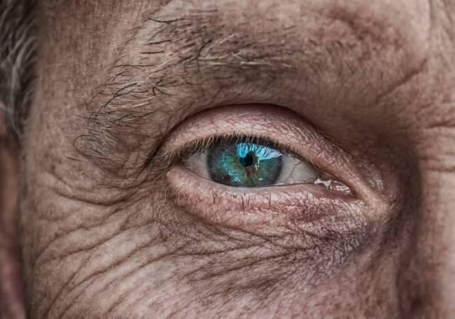 ojo de un hombre mayor