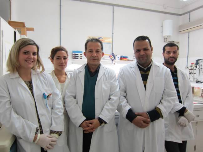 El profesor Ahmad Agil, del departamento de Farmacología de la UGR, y su equipo de investigación.