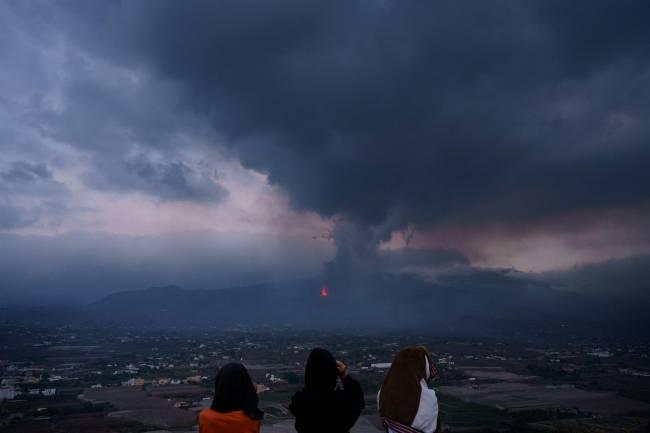 Personas observan el volcán canario