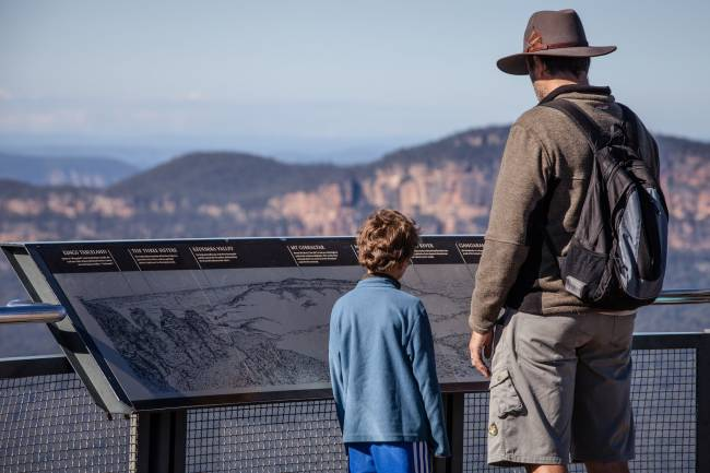 Dos visitantes en el Blue Mountains National Park. / World Parks Congress