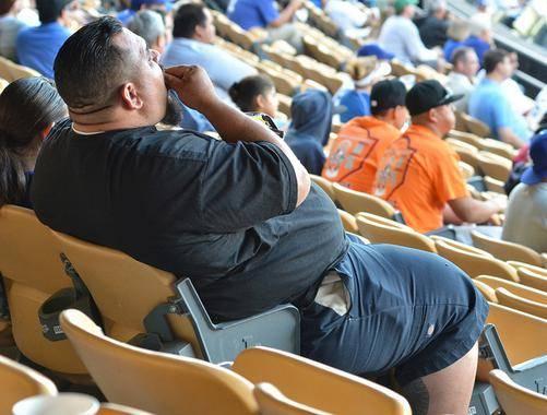 hombre obeso comiendo palomitas