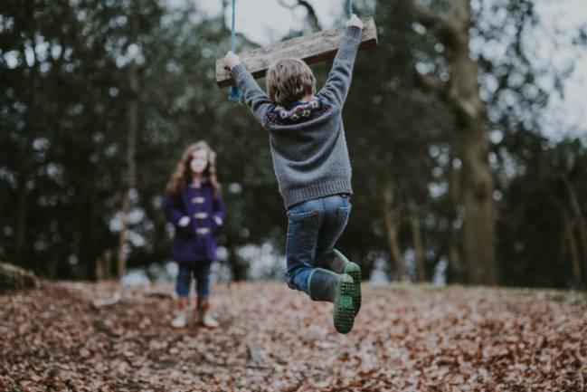 niños jugando en un entorno natural
