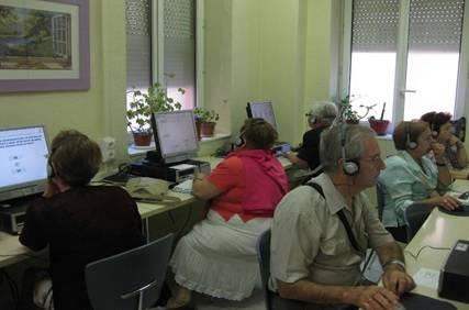 mayores en una sala de ordenadores