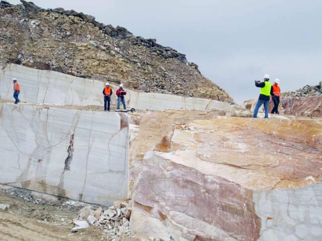 Investigadores probando el georadar en una cantera de mármol de Macael (Almería) / Fundación Descubre