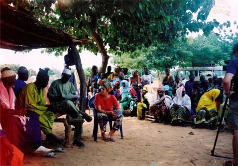 Adriana Kaplan en un consejo de ancianos en Gambia (autor: Sebastian Risler)