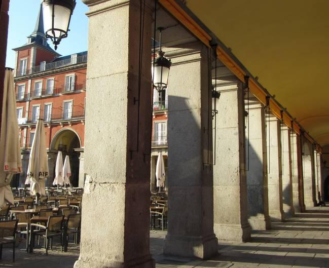 Columnas de la Plaza Mayor en las que se aprecia el deterioro. / David Martín Freire-Lista.