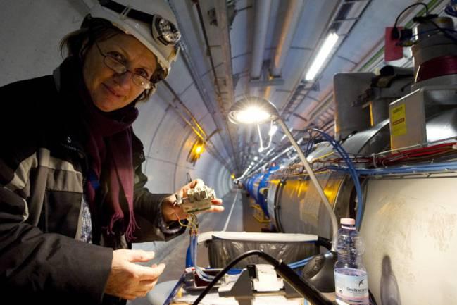 Trabajos en el nuevo sistema de protección de templado de acero del LHC.