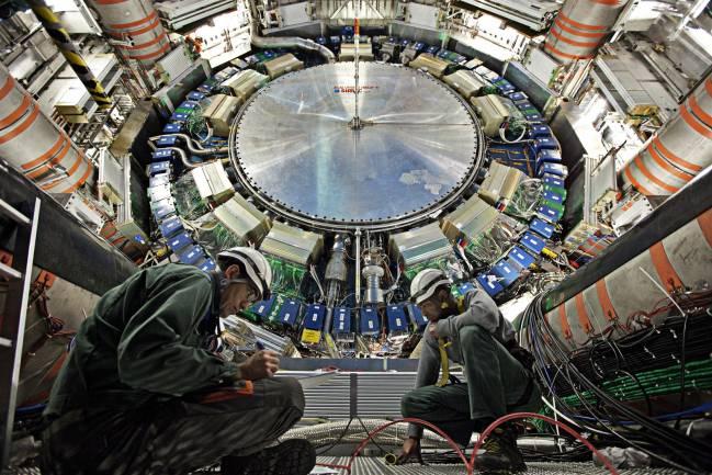 Ingenieros trabajando en el detector ATLAS del LHC. Foto: CERN.