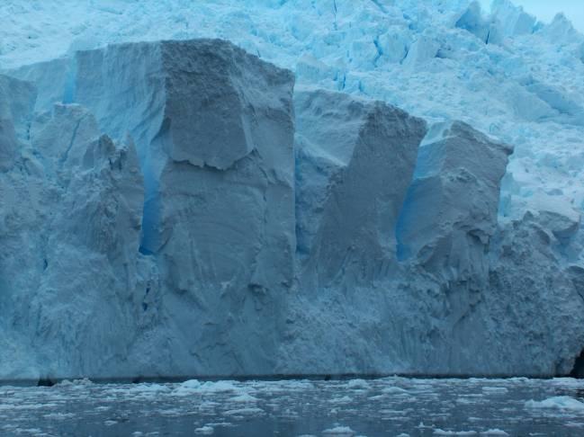 Corte en la capa de hielo antártica / Apcbg.