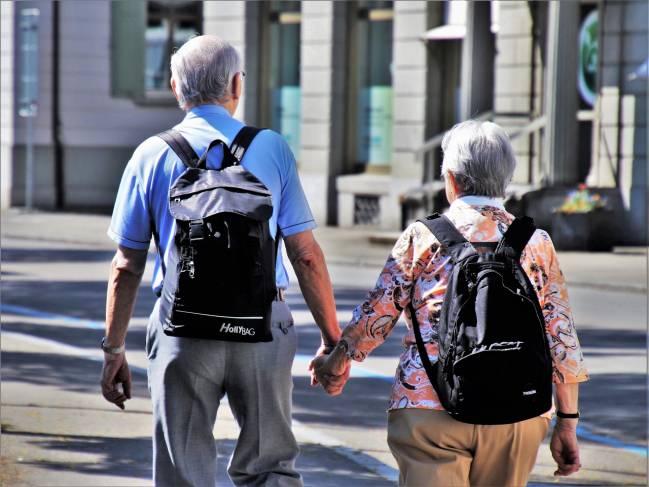 dos personas mayores paseando por la calle