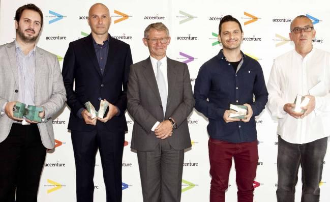 Los premiados, junto al presidente de Accenture, Vicente Moreno. / Accenture