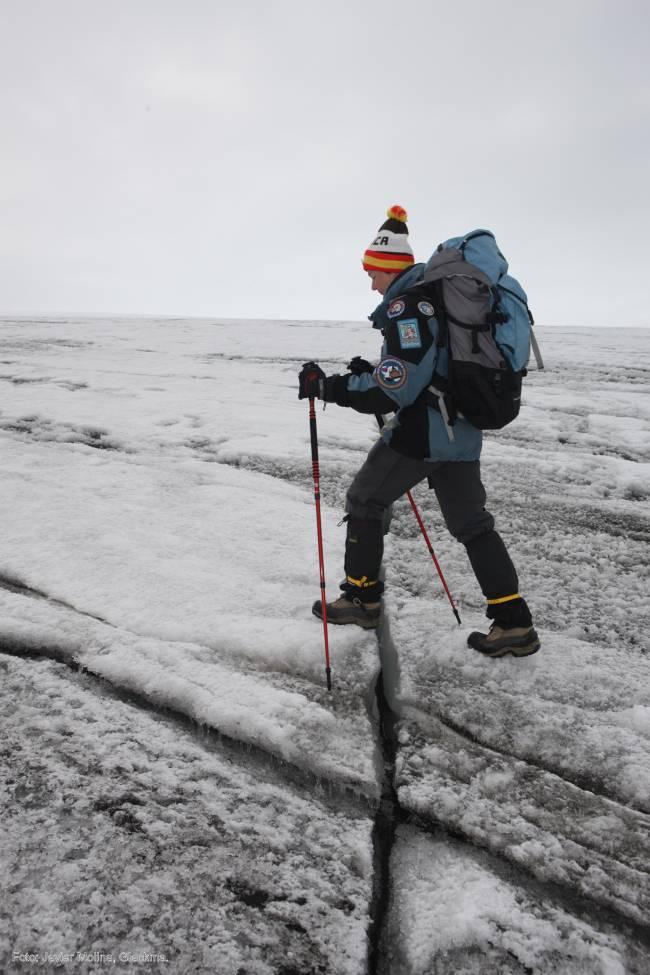 Carmen Domínguez avanza entre las nueavs grietas generadas en el Domo Menor del casquete glaciar Collins, en la Antártida, en una imagen de Javier Molina, de Glackma.