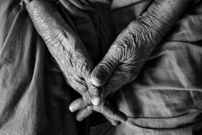 Foto que muestra las manos de una persona anciana