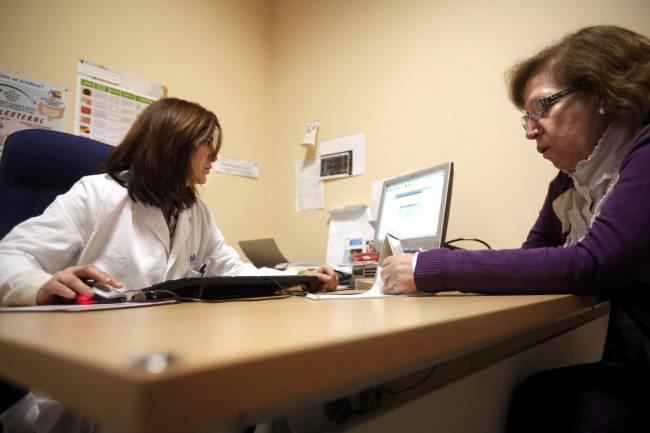 mujer en una consulta