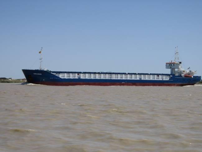Barco navegando hacia la desembocadura del estuario del Guadalquivir.