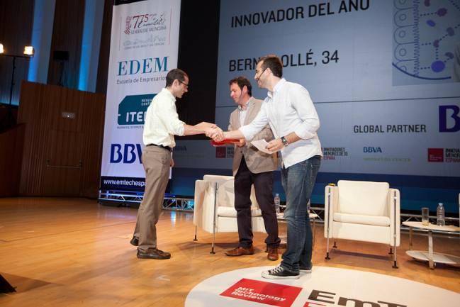 Bernat Ollé recoge el galardón. / MIT technology Review