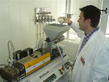 Extrusora en planta piloto de tecnologias del envase de ainia