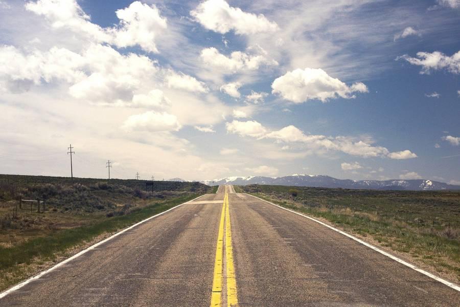 Mediante técnicas de reconocimiento de patrones, se ha conseguido clasificar el estado del asfalto por el que el vehículo circula en función del sonido que se genera. / Pixabay