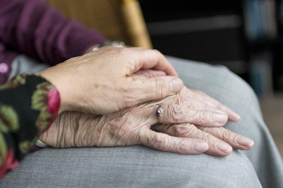 manos de persona mayor