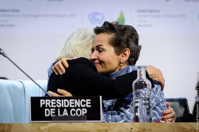 Christiana Figueres se da un abrazo con Laurence Tubiana