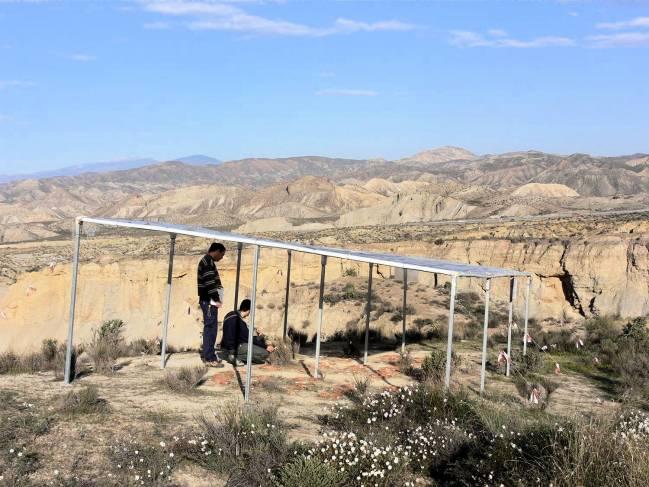Parte del equipo de investigación junto a una de las zonas áridas analizadas para el proyecto / Fundación Descubre