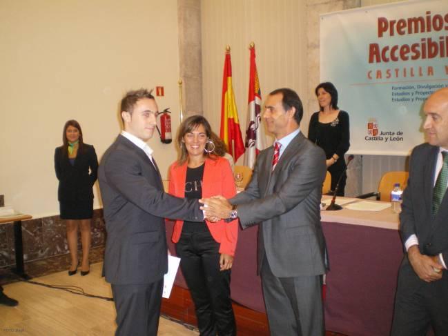 Uno de los alumnos que ha realizado el proyecto, Cristian Casorran (izq), recibe una mención de honor dentro de los Premios de Accesibilidad.