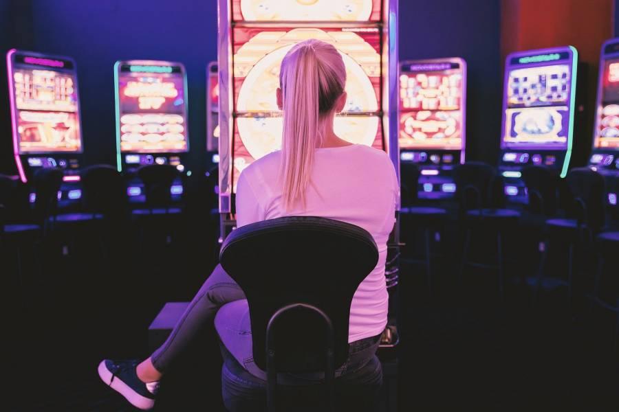mujer en un casino