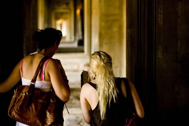 Viajeros visitan un monumento. / HUNSC