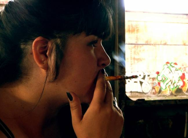 chica fumando cannabis