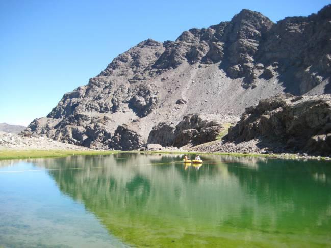 Los investigadores de la UGR recogiendo muestras en una laguna alpina de Sierra Nevada (Granada).