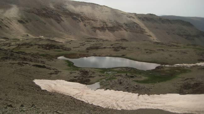 La Laguna de Río Seco, en Sierra Nevada (Granada), donde los investigadores realizaron el sondeo con recuperación de testigo y el procedimiento con barcas para lograr ese fin.