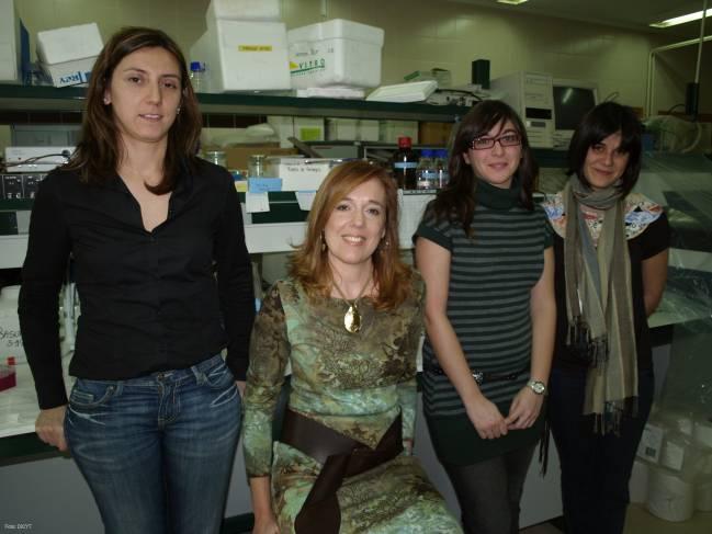 Ana Isabel Morales, segunda por la izquierda, junto a otras investigadoras de su grupo.