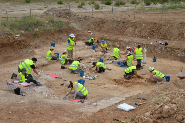 Fotografía del equipo de investigación escavando en el yacimiento de Charco Hondo 2 en Madrid